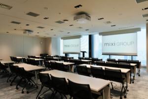 社内会議でも、パートナー企業との会議でも使うことができる部屋で、大型のモニターが2台設置されています。