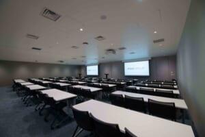 社内にはセミナールームが2つあります。約100名が参加できる大型の部屋です。