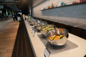 食堂では、出来立ての食事が提供されています。