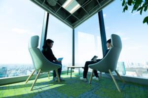 執務スペースの一角にも都内を展望できるスペースがあります。